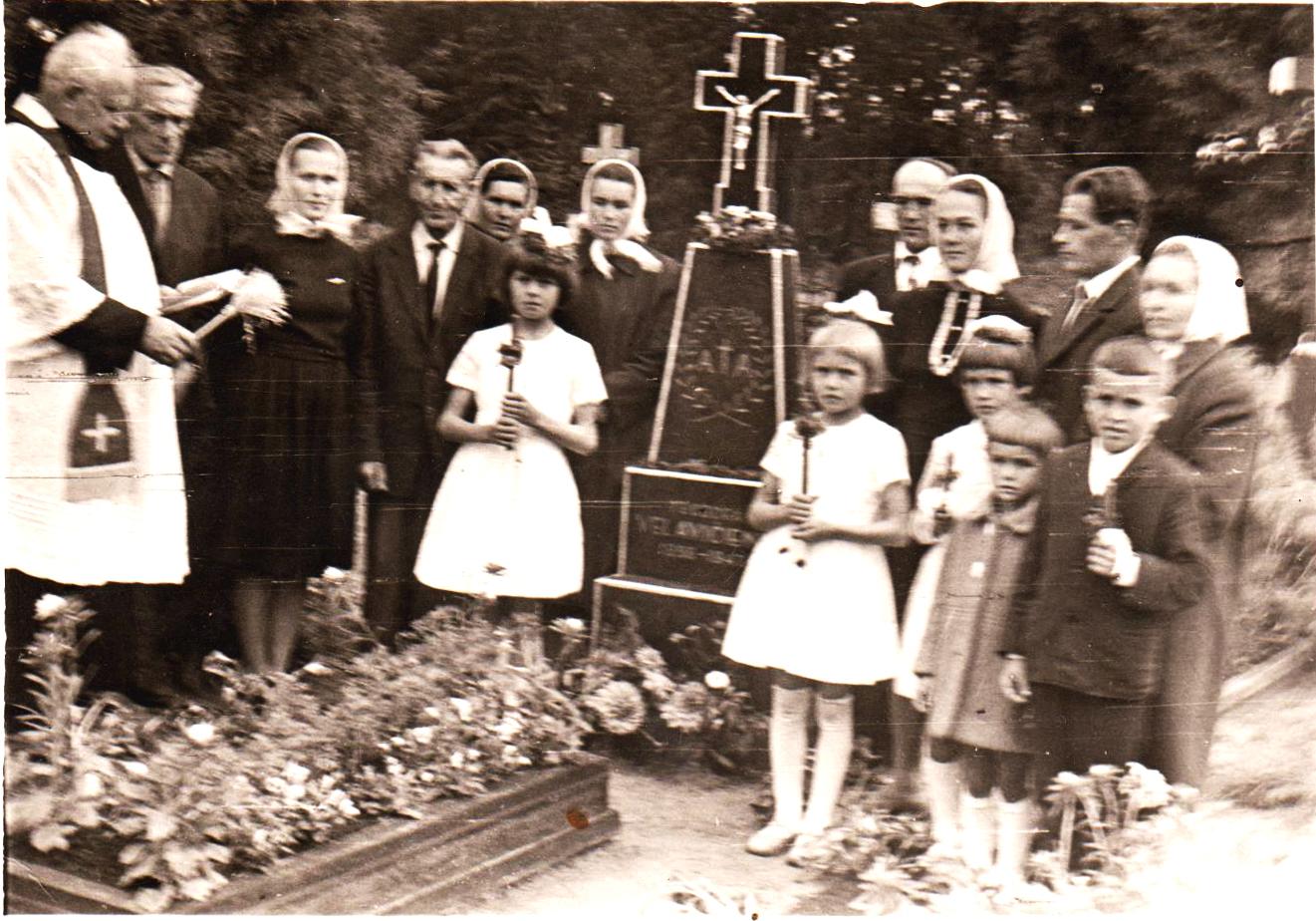 Teodoros Vėlavičienes paminklo šventinimas. Iš Vėlavičienės Marytės