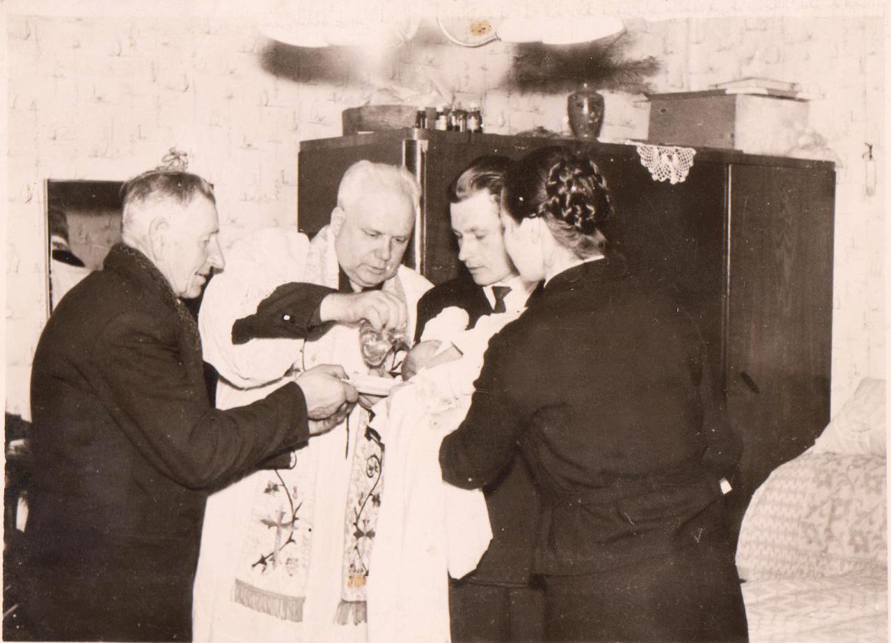 Krikštynos. Iš M. Vielavičienės nuotraukų rinkinio