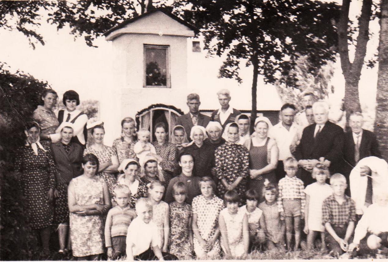 kun. Jonas Kusas su parapijiečiais